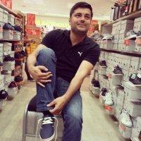 Mężczyzna w sklepie obuwniczym